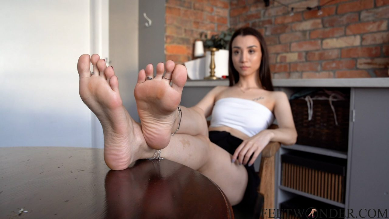 Asian Girl With Pretty Feet Wears Toe Rings And Anklets