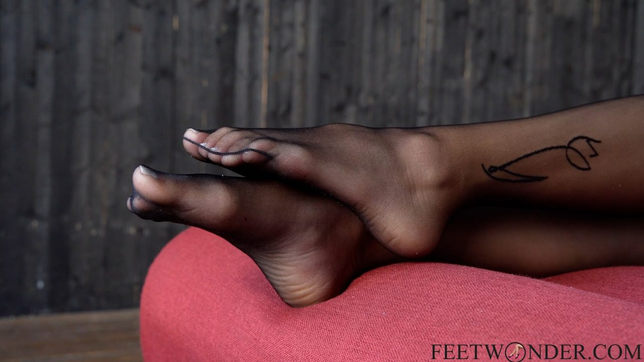 feet model shows her feet in nylon