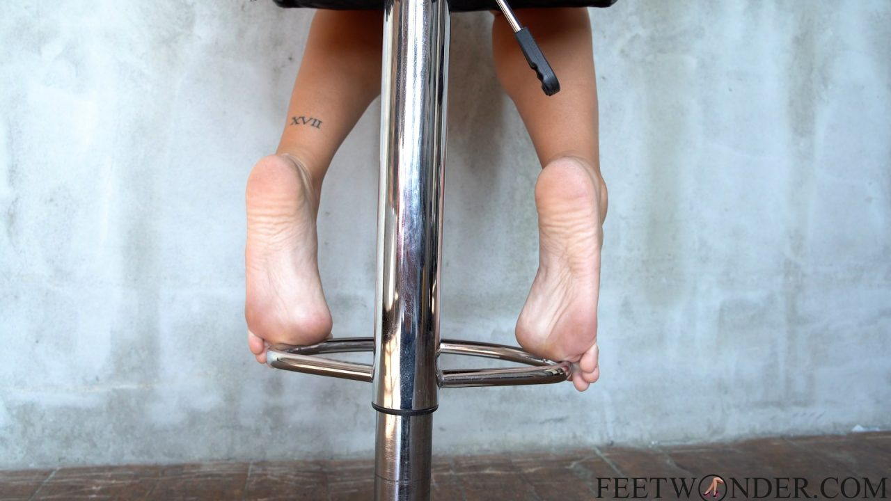 Hot Girl Shows Her Wrinkled Soles